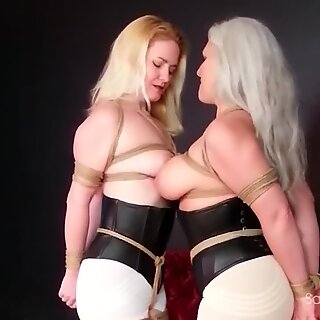 Dos cougar lesbianas besandose mientras estan atadas