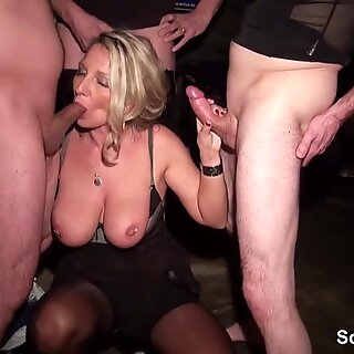 Milf mit MEGA Titten swingt mit 3 fremden Typen in Scheune
