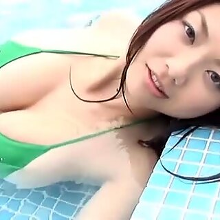 Voluptuous swimmer Hitomi Aizawa can mesmerize any man